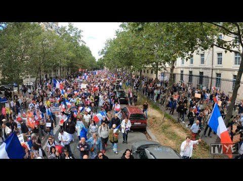 Une partie de la manifestation d'École Militaire à la place Vauban, contre le pass sanitaire à Paris