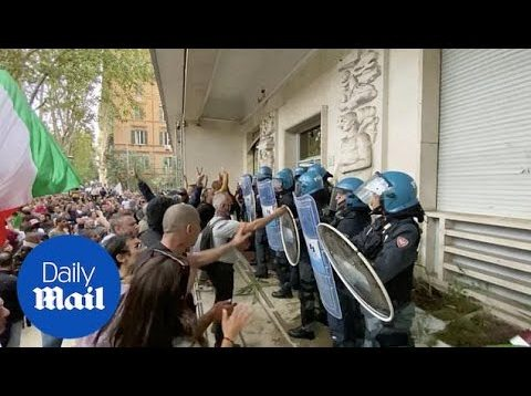 Covid-19: Anti-vax protesters take over Rome targeting Draghi's office